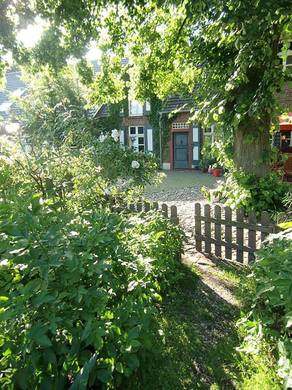 Gut Neuenhof Innenhofeingang - Home